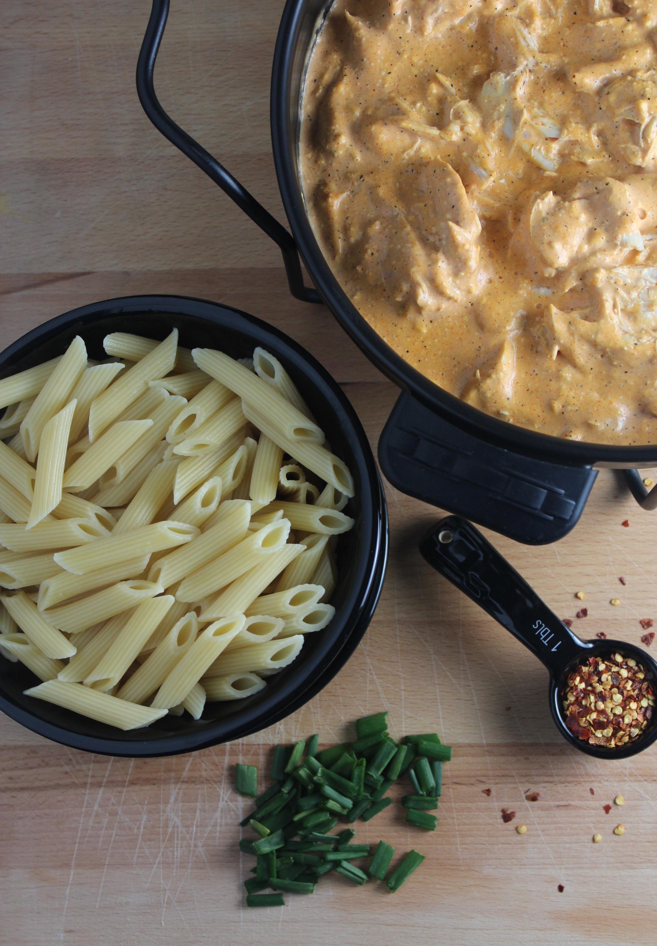buffalo chicken, buffalo chicken pasta, cheesy buffalo chicken pasta, penne pasta, cheesy pasta, recipes, food, buffalo pasta with cheese, buffalo mac and cheese