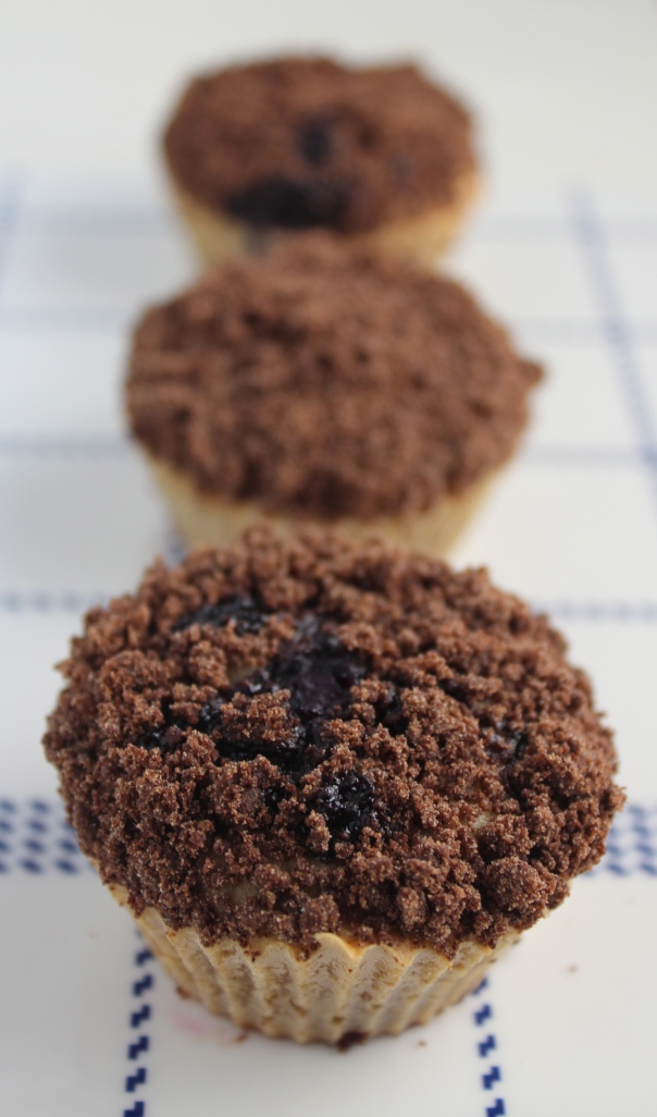 blueberry muffins, blueberry cream cheese muffins, chocolate crumble, chocolate streusel, cocoa crumble topped muffins, blueberry chocolate muffins, recipes, food, breakfast, brunch, muffins