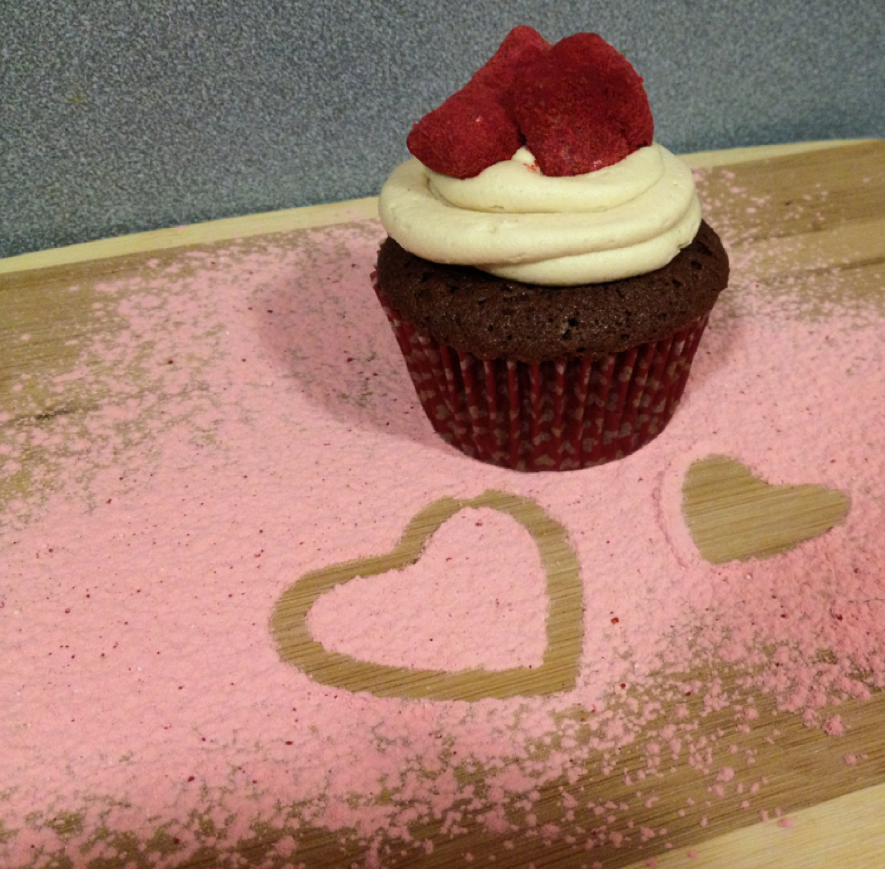 red velvet puppy chow, red velvet muddy buddies, red velvet cupcakes, peanut butter buttercream frosting, chocolate cakes, desserts, valentine's day, valentines dessert recipes, food, recipes